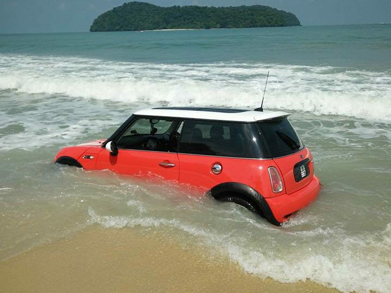 Mini Cooper Nyaris Hanyut Di Pantai Langkawi