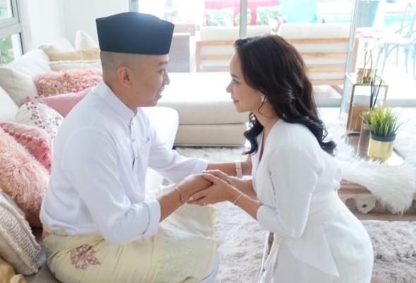 Nora Teruja Beraya Bersama Suami