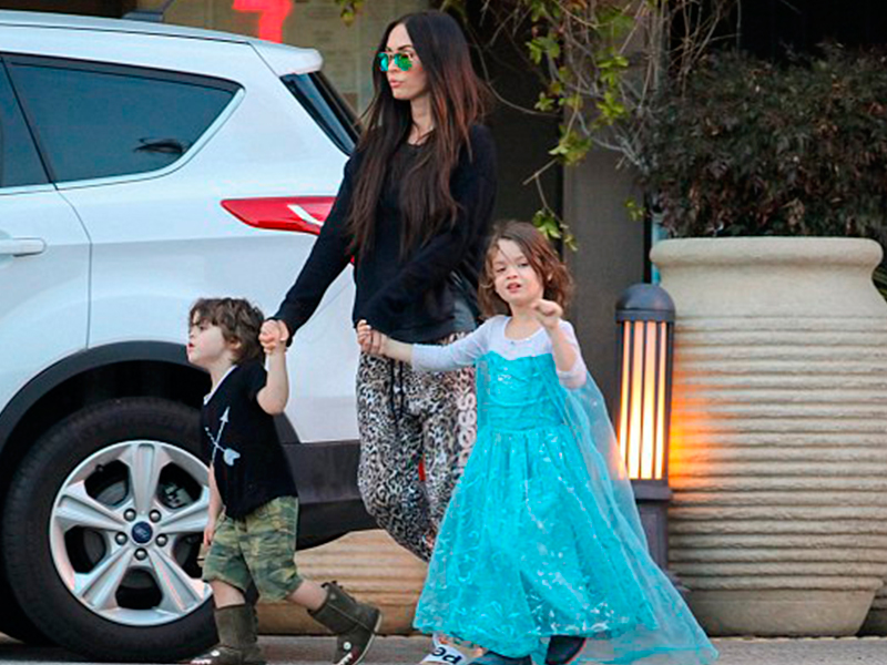 Pakaikan Anak Lelaki Gaun Elsa, Megan Fox Dihentam