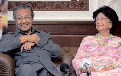 Sedih, Dr Mahathir Bersama Isteri Pulangkan Semula Darjah dan Pingat Kebesarannya