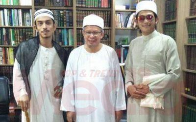 [GAMBAR] Iqram Dinzly & Johan As'ari Terima 'Hadiah Istimewa' Dari Mufti Wilayah Persekutuan!