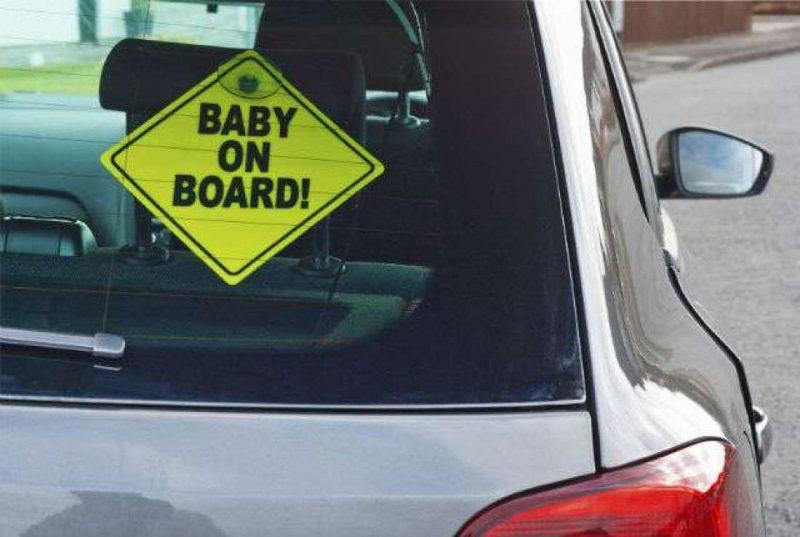 [VIDEO] Korang Ada Lekat Apa-apa Kat Cermin Kereta? Kalau Ya, Hati-hati Boleh Jadi Punca Kereta Terbakar!