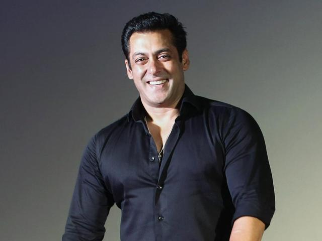 Salman Khan Kunyah Seluar Jeans Sendiri